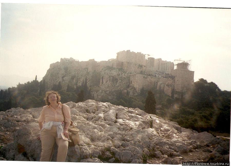 А это я на фоне Акрополя. Кофточка легкая, но свитер я далеко не убираю.