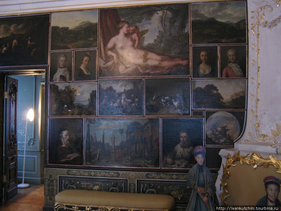 Стены украшены живописью. Частично тут располагаются картины, которые были и при Петре III, часть не сохранилась и была заменена при реставрации полотнами из запасников Эрмитажа.
