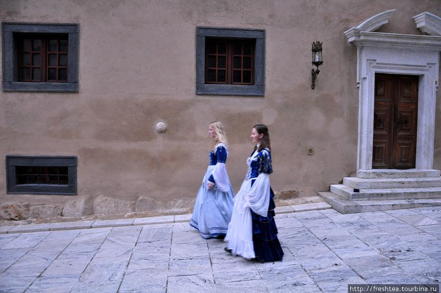 Это не съемки фильма — в таких костюмах гиды по замку водят экскурсии.