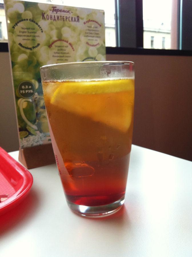 Холодный чай с лимоном. В жаркое время в самый раз.