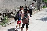 Жители деревни у храма Шуанлиньсы