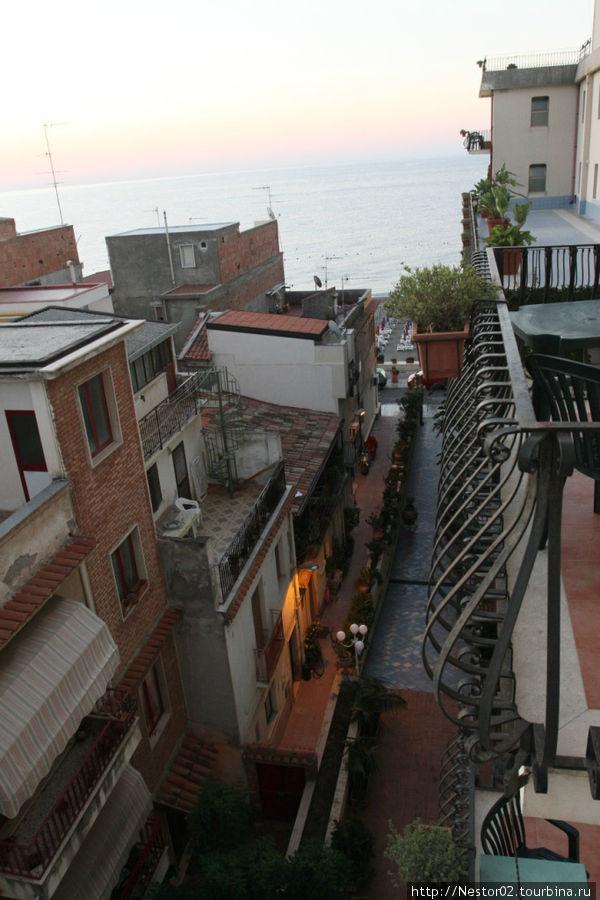 Вид с балкона на море и переулочек внизу.