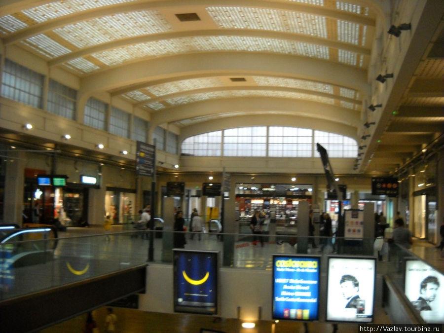 Один из залов; вестибюль метро виден внизу