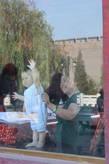Молодое поколение Пинъяо приветствует вас! Из ресторана вид на стену города.