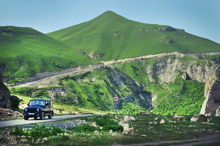 ..то дорога оставит на зеленом холме ровную глубокую рану, как порез ножа на сочном зеленом яблоке.. Хыналыг, Азербайджан