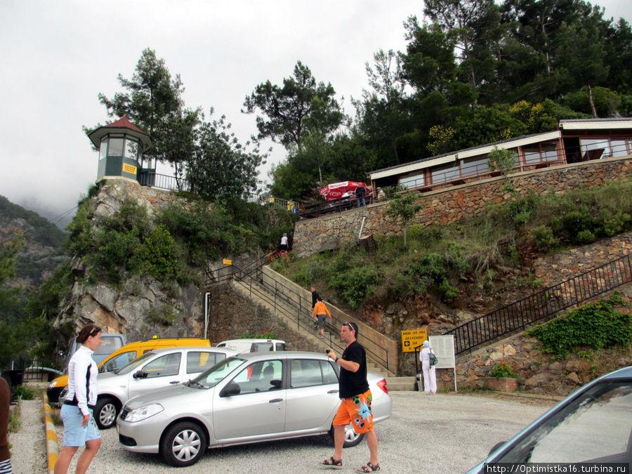 Машины остаются на стоянке, а мы поднимаемся вверх по ступеням.