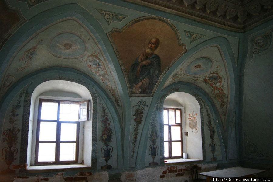 кропотливая работа реставраторов, бОльшая часть фресок уже видна ...