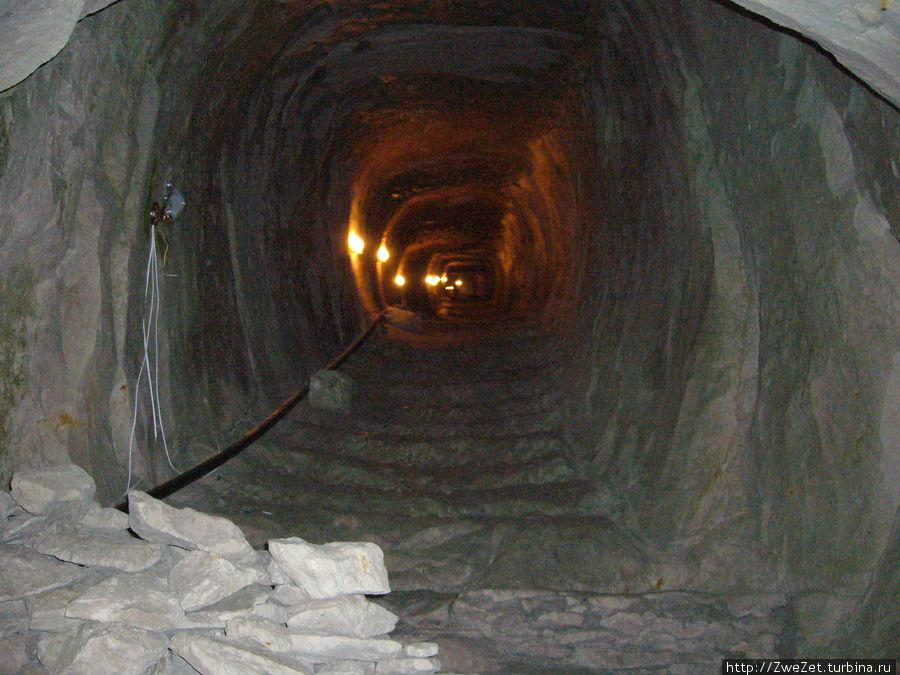 Наклонная галерея ведет с поверхности земли к шахте колодца