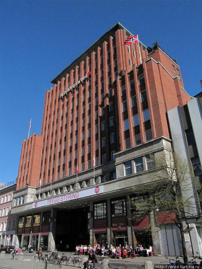 Вид на здание, в котором находится отель с улицы Youngstorget. Сюда можно выйти через галерею.