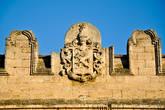 Над западным фасадом дворца сохранился родовой герб Курисов с девизом