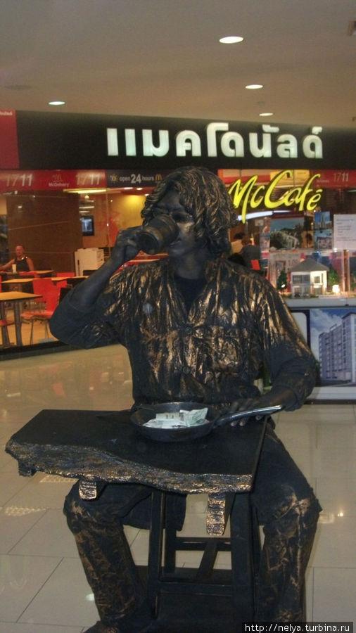 Живая скульптура в торговом центре Гранд Плаза. Шопинг там дорогой, а развлечений полно.
