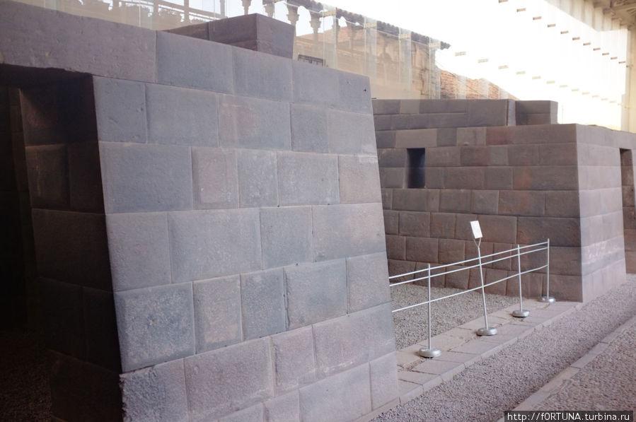 Остатки  стен из блоков