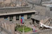 Вид со стены. Обычный жилой дом и двор.