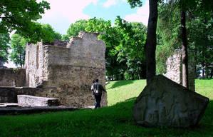 Возле замка установлен памятный камень в честь эстонских вождей т.н.