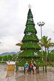 Вьетнам тем временем готовился к Новому году и рождеству, везде устанавливали ёлки, рисовали Санта Клаусов.