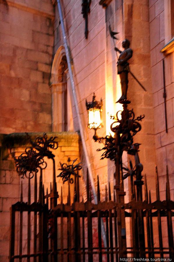 Решетка замкового колодца — чудесное творение словацких кузнецов — легка и изящна.