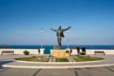 """На берегу моря стоит памятник Доменико Модуньо, который написал знаменитую песню """"Volare"""""""