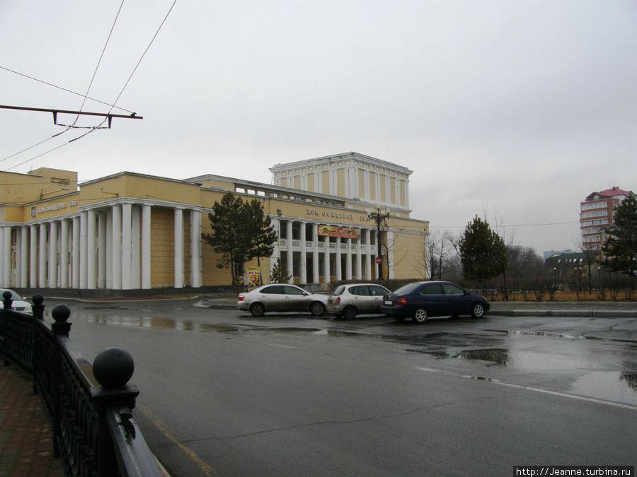 Дом Офицеров — слева от Комсомольской площади.