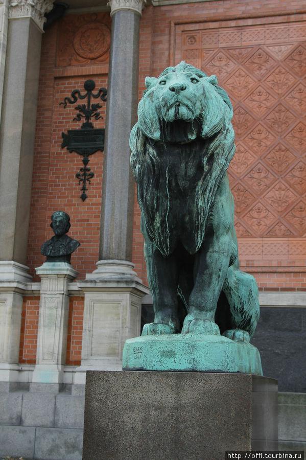 Лев на входе в Глипотеку (картинная галерея)