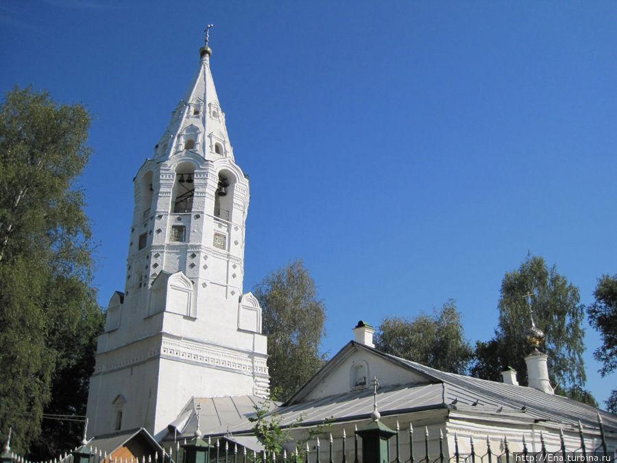 Изящная свечка-колокольня Покровской церкви.