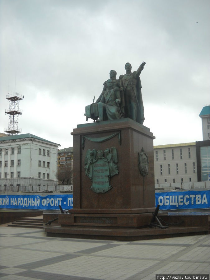 Монумент и его окружение