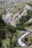 Находится это место всего в паре километров от чеченской границы, рядом видно уже погранпост — шлагбаум с пограничником, за который заезжать нельзя.