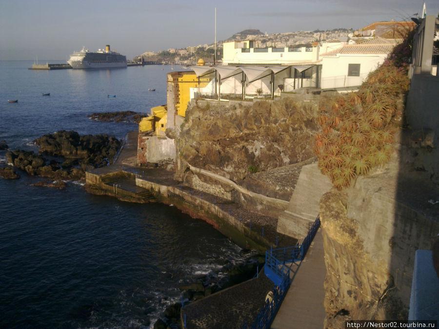 Последний день на Мадейре. Утро. На подходе к городскому пляжу. В порту стоит круизный лайнер, та самая Коста Конкордия, которая затонула в январе 2012 у берегов Италии. Снято на телефон.