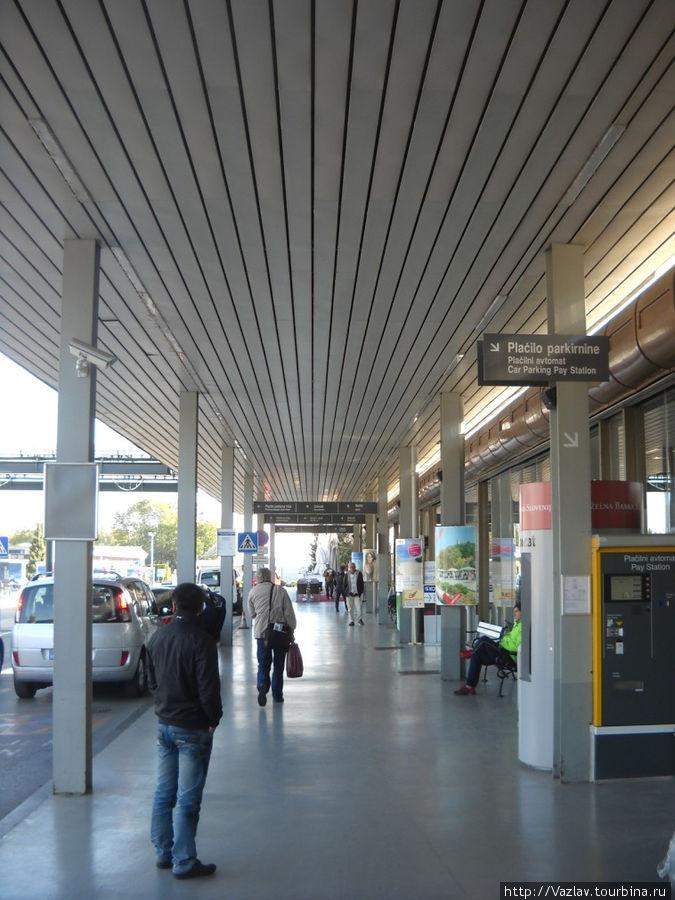 Перед входом в аэропорт