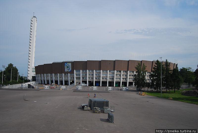 Стадион и башня вблизи. Подняться на нее можно только на лифте, который едет до 11 этажа.