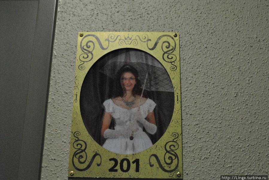 Таблички с номером украшены вот такими веселыми девушками: они то стоят при полном параде, то, переливаясь, строят рожицы, свистят и т.п.
