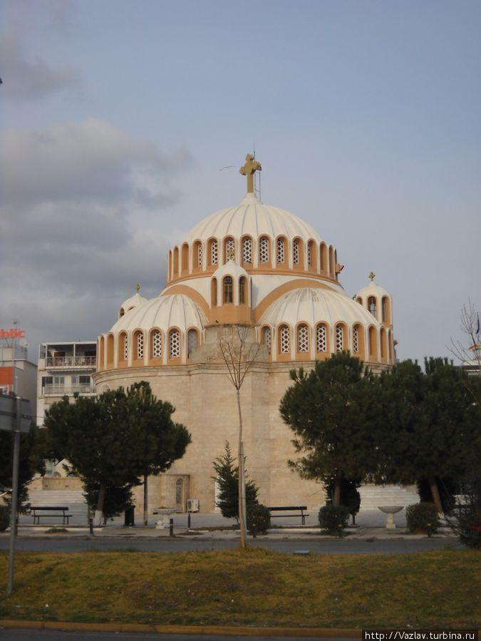 Вид на церковь с площади