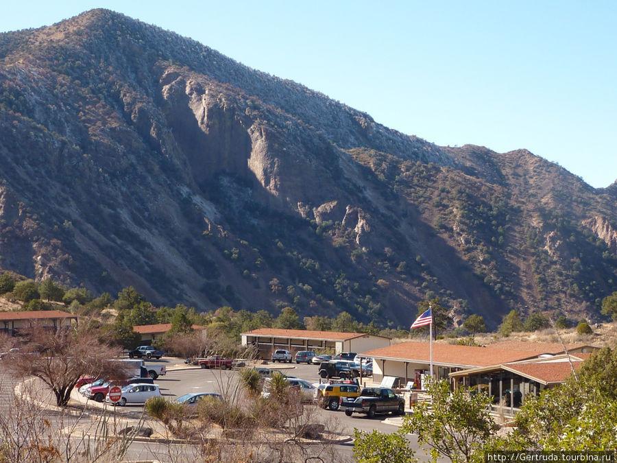 Вид с горы на площадку Chisos Basin