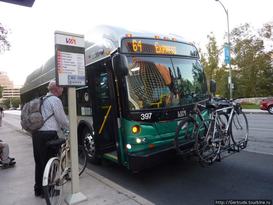 Два велосипеда уже закреплены, пассажир ждет