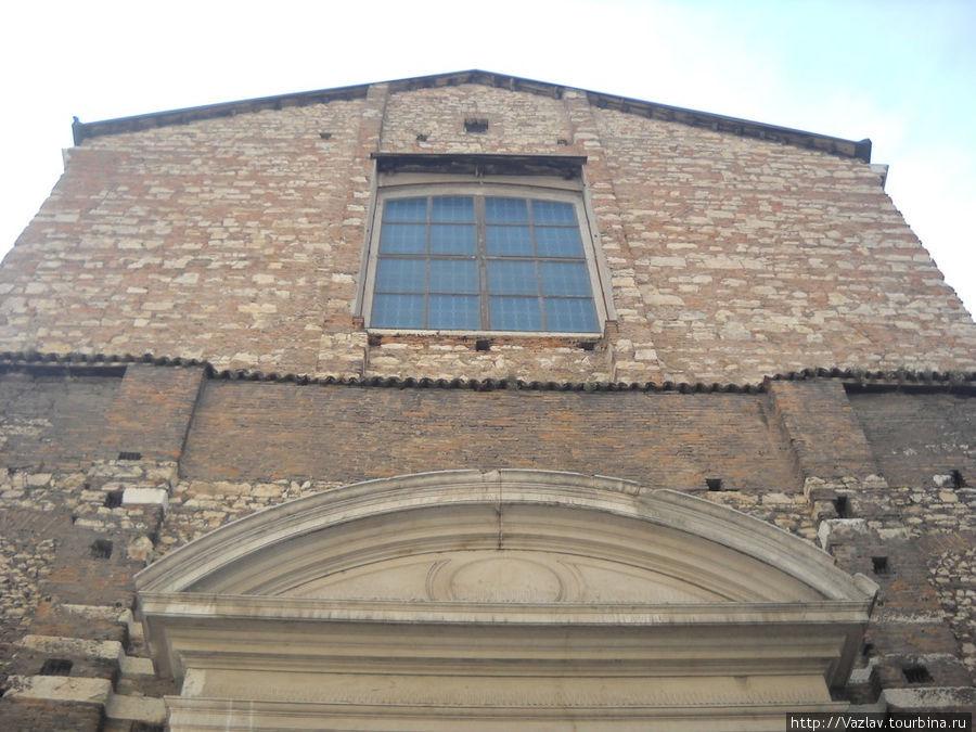 Верхняя часть фасада церкви