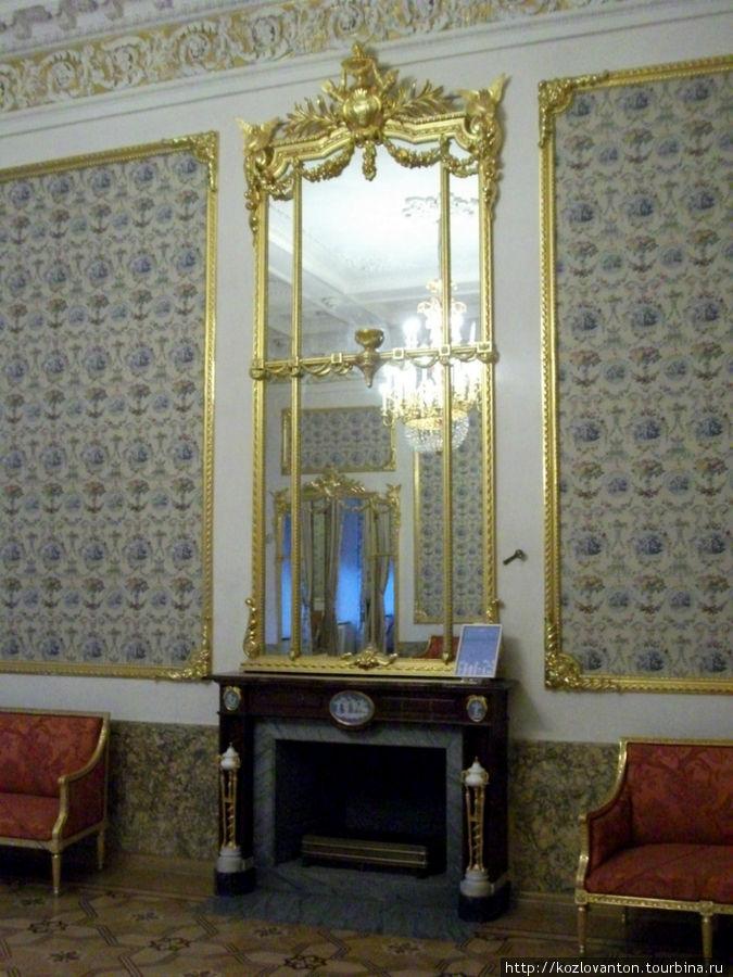 Отделка стен в Большой гостиной  выполнена французским шелком с букетами цветов на кремовом фоне, заключенном в золоченые рамы.