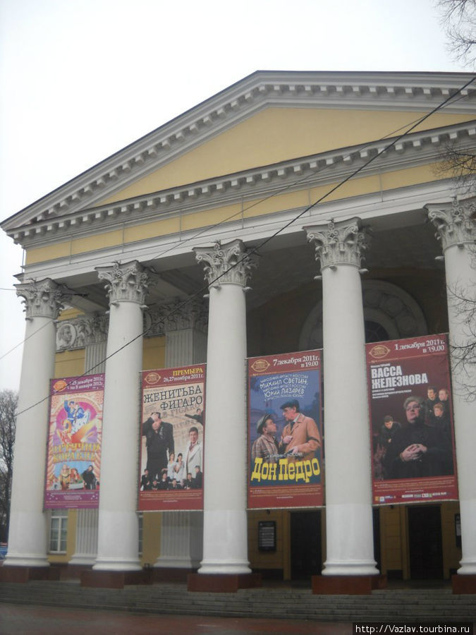 Фасад театра с голым фронтоном