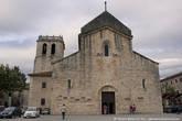 Вот эта церковь — Monestir de Sant Pere de Besalú старше моста на целый век. Она была построена в 1003 году.