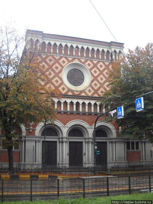 Фасад церкви как обрезало!