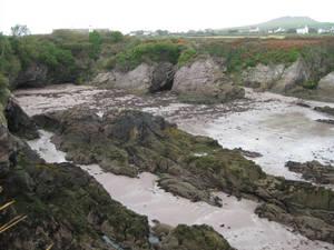 Отлив. Вода ушла, оставив за собою песчаный пляж.