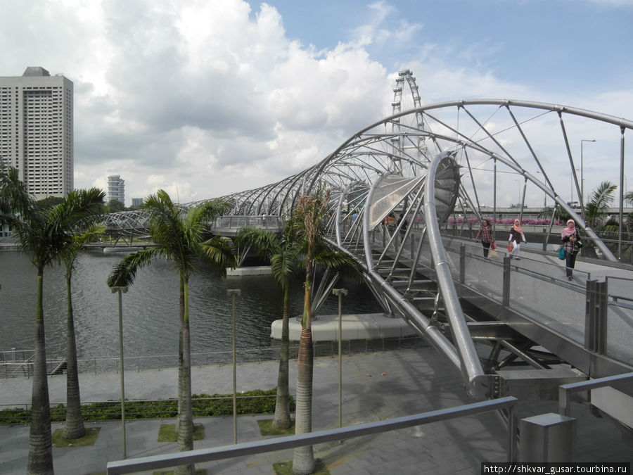 Пешеходный мост и колесо обозрения вдалеке