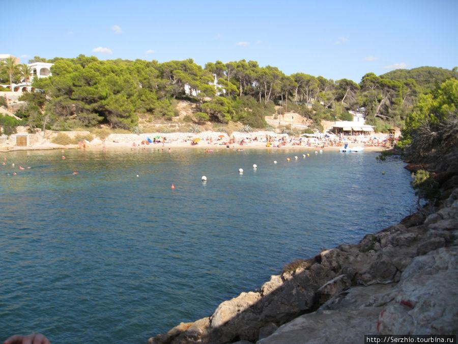 Вид на пляж, конечная точка нашего маршрута, справа валуны, по которым пришлось пробираться до пляжа)