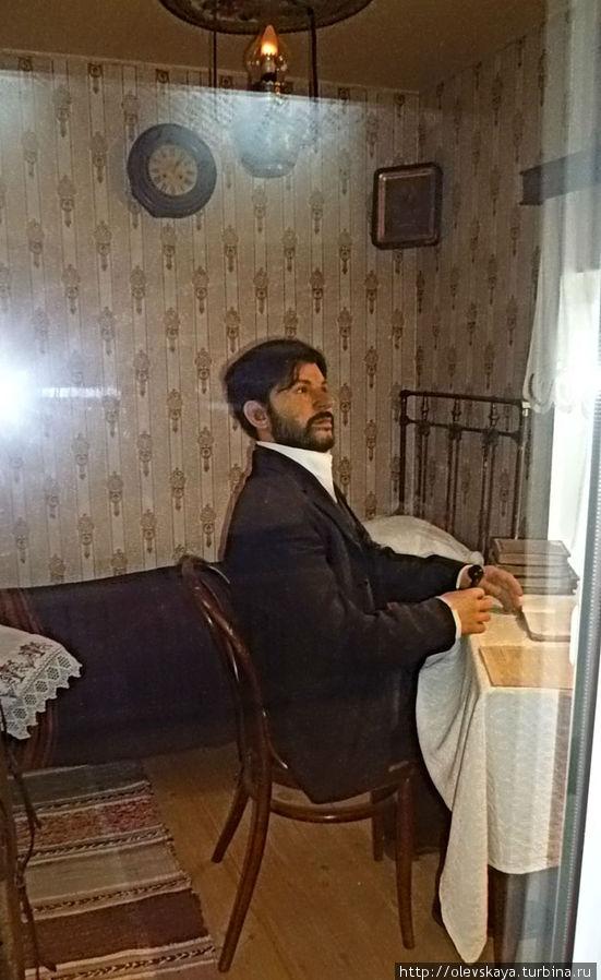 Восковый Сталин в своей комнате