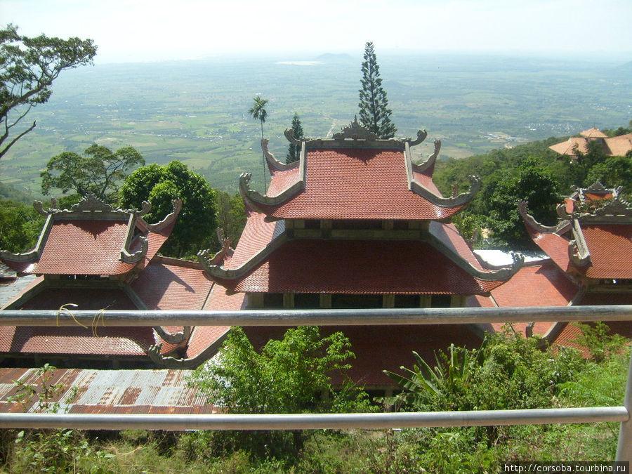 Храмы строят исключительно в горах. Путь к Богу- это всегда тяжелое восхождение.