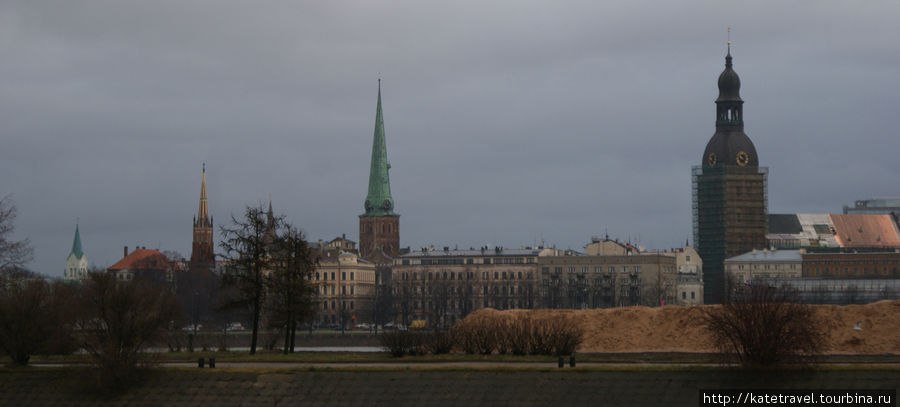 Панорама Риги. Справа — б