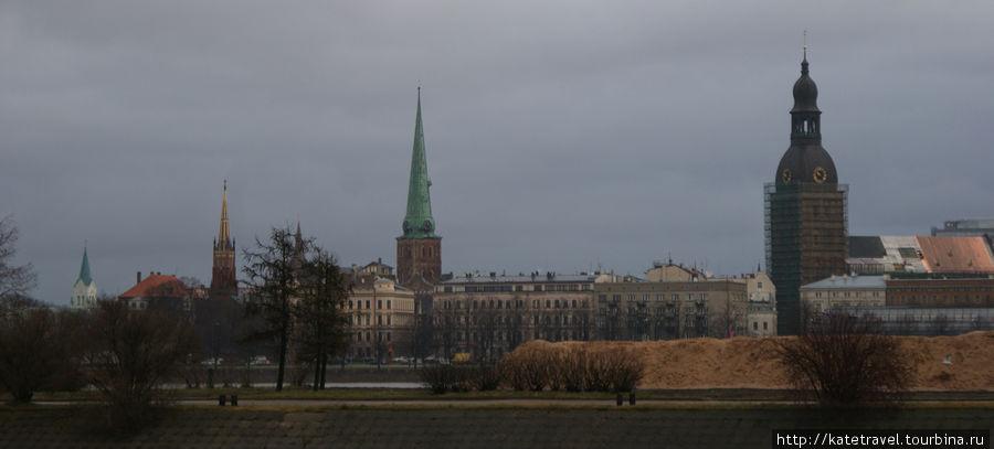 Панорама Риги. Справа — башня Домского собора