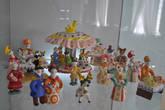 Коллекция работ мастеров декоративно-прикладных жанров поражает разнообразием: только знаменитой глиняной игрушки  в галерее несколько витрин. Веселые фигурки будто прямо из мастерской ремесленников Русского Севера.
