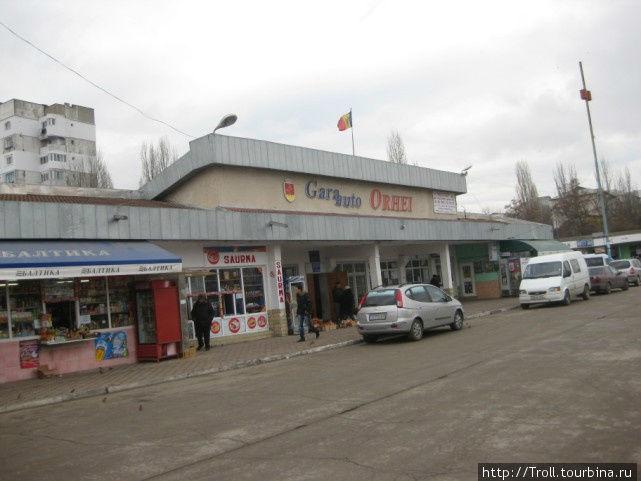 Автовокзал в Оргееве. Снято с перрона для проходящего транспорта, стоянка для транспорта по округе сразу за зданием