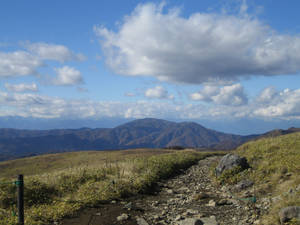Дорога сначала приемлема для ходьбы. Дальше начинается камни покрупнее.