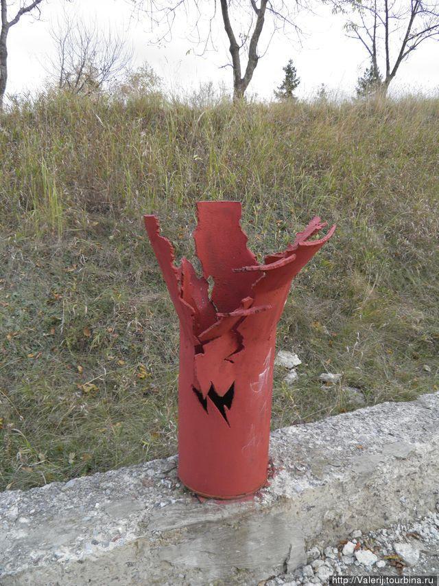 Стилизованная разорвавшаяся гильза от снаряда.