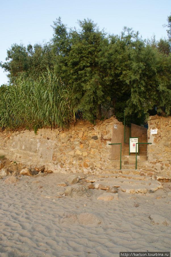 выход на пляж кемпинга, а чуть выше и левее — наша палатка